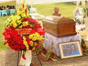 Culture: Gédéon Mpando inhumé dans l'indifférence obseques-mpando-3-300x225